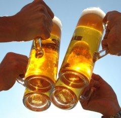 bier-anstossen.jpg